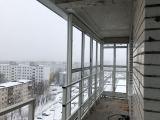 6-продолжаем-монтаж-панорамного-теплого-остекления-балкона-с-установкой-статических-усилителей