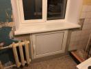 8-защитили-кухню-от-проникновения-холода-через-окно-и-холодильник-под-ним