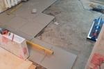3-делаем-укладку-плитки-в-зоне-кухни