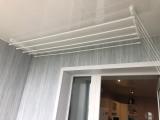 8-смонтировали-сушилку-для-белья-на-потолок-обшитый-белыми-ПВХ-панелями