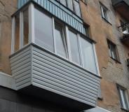 остекление-балкона-с-выносом-пластиковыми-рамами