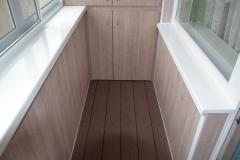 Широкие функциональные подоконники балкона
